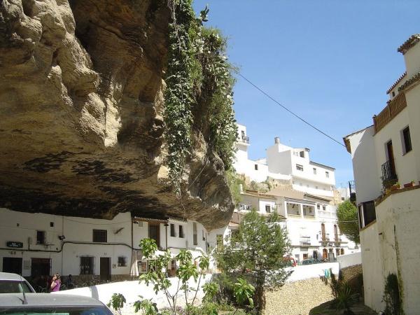 Сетениль-де-лас-Бодегас — город, затерянный в скалах