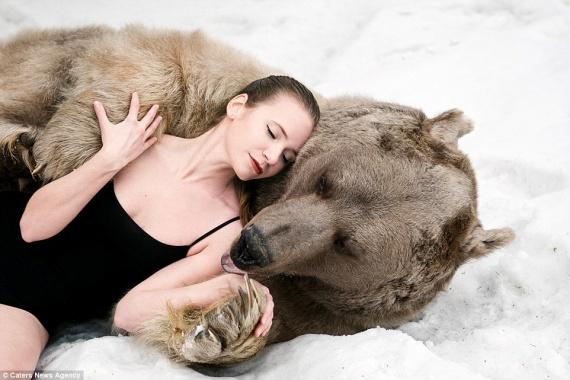 Снежная фотосессия двух моделей из России в обнимку с медведем шокировала Европу