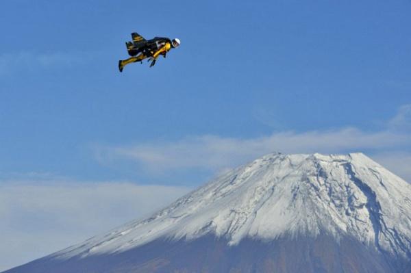 «Человек-ракета» облетел вулкан Фудзияма