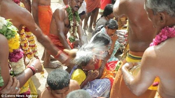 Ритуал разбиения кокосов о головы (Индия)